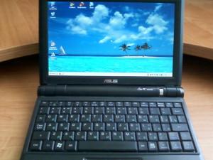 Включенный ноутбук Asus Eee PC 900