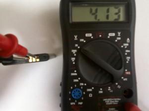 Измерение напряжения на аккумуляторе сотового телефона Samsung GT-C3212 с помощью мультиметра