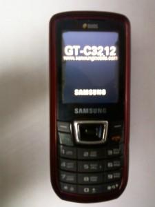 Сотовый телефон Samsung GT-C3212 во включенном состоянии