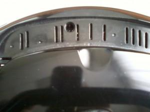 Еще один винт под ручкой для переноски магнитолы-бумбокс HYUNDAI H-1434