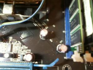 Неисправный конденсатор 820mFx6,3V на материнской плате ASUS A8N-SLI SE