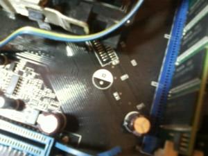 Отпаянный конденсатор на материнской плате ASUS A8N-SLI SE
