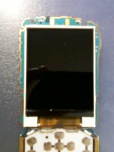 Установленный на место дисплей сотового телефона LG GX200 без защитной пленки