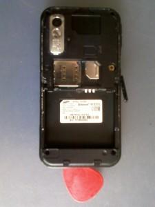 Задняя крышка сотового телефона Samsung GT-S5230 падет под натиском медиатора
