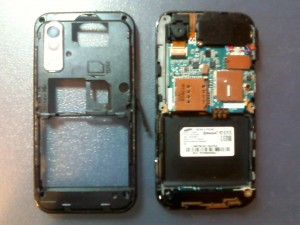 Сняли заднюю крышку у сотового телефона Samsung GT-S5230