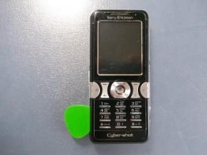 Отщелкиваем верхнюю часть сотового телефона Sony Ericsson K550i медиатором
