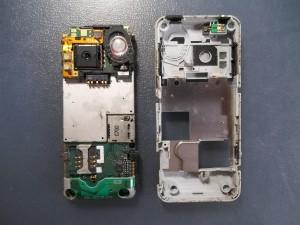 Вытаскиваем плату сотового телефона Sony Ericsson K550i из корпуса
