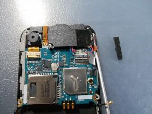 Отклеиваем боковые кнопки и откручиваем винт, держащий плату сотового телефона Samsung S5230W