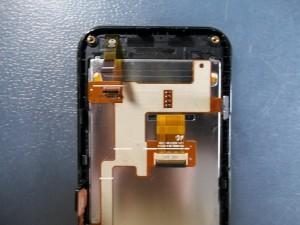 Отщелкиваем шлейф тачскрина сотового Samsung S5230W