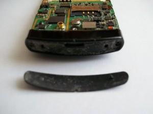 Два винта закрытые фальш-панелью снизу сотового телефона Samsung SGH-U600
