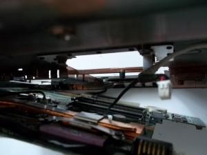 Отключаем разъемы, которые не дают вылезти материнской плате в ноутбуке HP Pavilion dv6700
