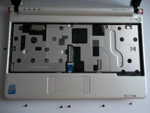 Откручиваем винты под клавиатурой нетубука Acer Aspire One ZG5