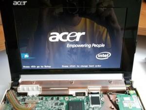 Разобранный нетбук Acer Aspire One ZG5 во включенном состоянии