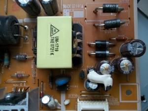 Два вздутых конденсатора C109 и C110 номиналом 1000mFx10V в мониторе Samsung 961BW