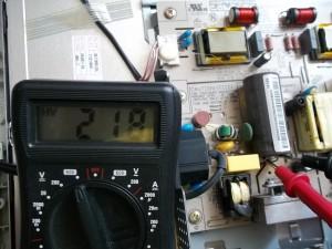 Напряжение на сетевом конденсаторе монитора Samsung SyncMaster 710V измеренное цифровым мультиметром