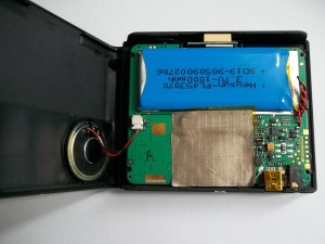 Откидываем заднюю крышку GPS навигатора JJ-Connect AUTONAVIGATOR 330 в сторону