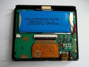 Отклеиваем непрозрачный скотч, закрывающий разъем дисплея, в GPS навигаторе JJ-Connect AUTONAVIGATOR 330