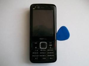 Аккуратно отщелкиваем стекло сотового телефона Nokia N82 медиатором