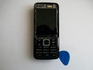 Аккуратно отщелкиваем панель клавиатуры сотового телефона Nokia N82 медиатором