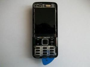 Аккуратно отщелкиваем средние кнопки сотового телефона Nokia N82 медиатором