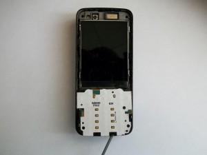 Аккуратно отщелкиваем подложку клавиатуры сотового телефона Nokia N82 отверткой