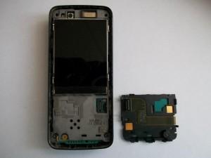Аккуратно отщелкиваем подложку клавиатуры сотового телефона Nokia N82 и убираем ее в сторону