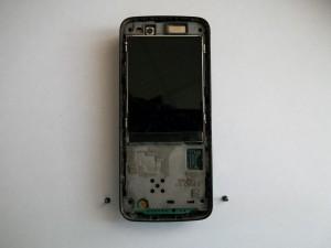 Два винта в нижней части телефона Nokia N82 и должно быть два в верхней, но их нет