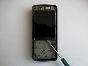 Аккуратно отверткой отклеиваем дисплей сотового телефона Nokia N82