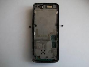 Откручиваем два винта под дисплеем сотового телефона Nokia N82