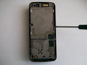 Отщелкиваем алюминиевую среднюю часть сотового телефона Nokia N82