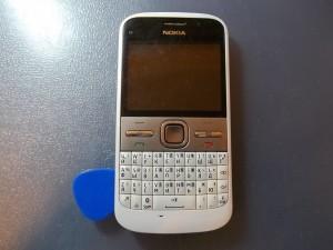 Отщелкнем медиатором заднюю часть телефона Nokia E5-00