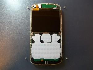 Четыре шурупа по углам сотового телефона Nokia E5-00