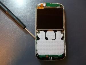 Поддеваем отверткой защелки в сотовом телефоне Nokia E5-00