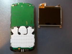 Отщелкиваем разъем дисплея и убираем дисплей в сторону. Сотовый телефон Nokia E5-00