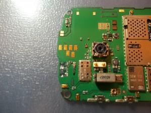 Небольшие окислы в сотовом телефоне Nokia E5-00 в области разъема зарядки и выломанного разъема microUSB