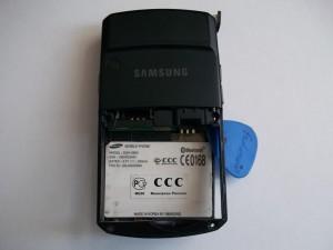 Разборка сотового телефона Samsung SGH-D800 медиатором
