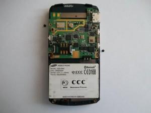 Системную плату сотового телефона Samsung SGH-D800 держит 2 винтика