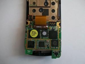 Отсоединение коннектора шлейфа подложки клавиатуры сотового телефона Samsung SGH-D800