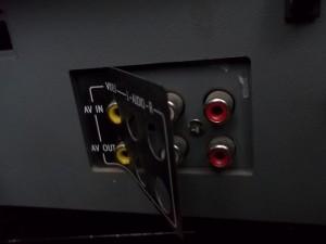 Винт под накладкой надписей тюльпанов телевизора цветного изображения Rolsen C1420