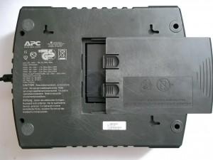Вид сзади упса APC Back-UPS ES 700 с открытой крышкой аккумуляторного отсека