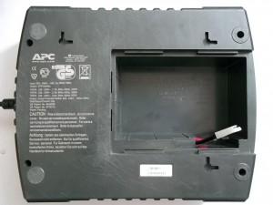 Откручиваем 4 винта по углам ИБП APC Back-UPS ES 700