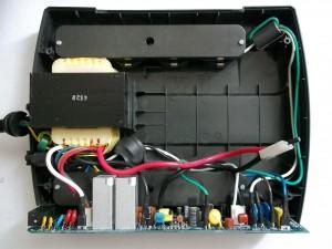 Вид на внутренности источника бесперебойного питания APC Back-UPS ES 700