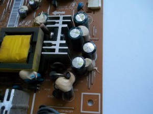 Вздутые конденсаторы C109 и C110 на плате блока питания-инвертора монитора Samsung 710N