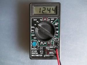 Напряжение на выходе блока питания 12V 5A измеренное мультиметром