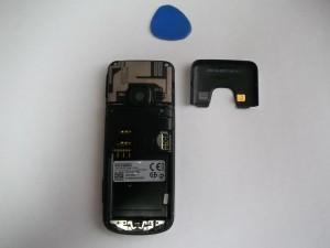 Отщелкнутая верхняя часть сотового телефона Nokia 6700c-1