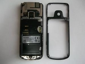 Откладываем среднюю часть телефона в сторону