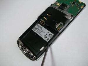 Отщелкиваем лицевую панель сотового телефона Nokia 6700c-1