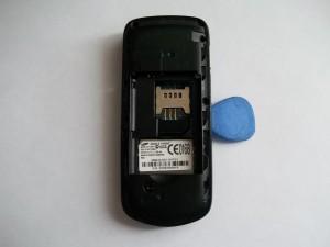 Вскрываем корпус телефона по всей длине