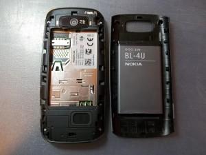 Nokia Asha 305 со снятой задней крышкой и вытащенным аккумулятором
