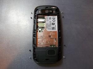 Откручиваем 8 винтов в телефоне Nokia 305